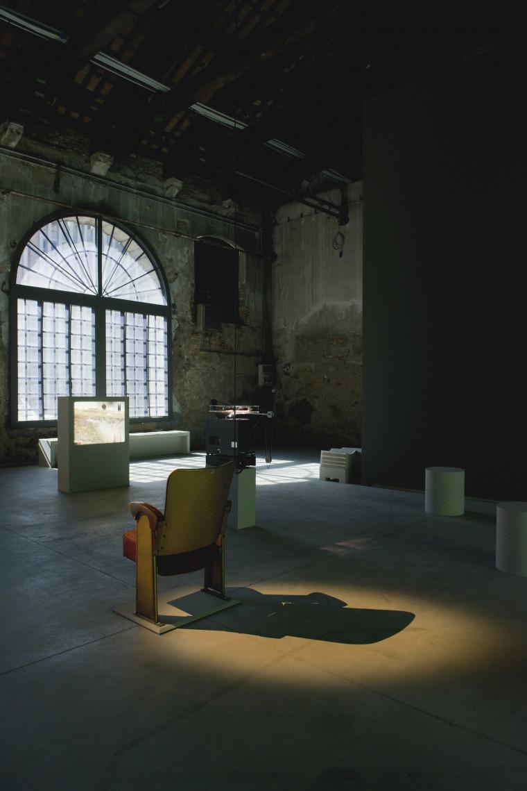 אכרם זעתרי. מכתב לטייס שסירב. 2013 מבט הצבה, הביתן הלבנוני, הביאנלה ה-55 של בוונציה. צילום: מרקו מילאן