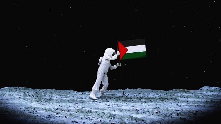 """לריסה סנסור, אקסודוס לחלל, 2009. הדפסת צבע, 67x120 ס\""""מ. באדיבות האמנית"""